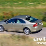 »S80 se je oddaljil od gigantsko velikih nemških tekmecev in se približal srednje velikim limuzinam. Audi pa ga je s svojim A6 medtem tudi že prehitel.«