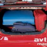 Presenetljivo velik prtljažnik je pogoltnil dva kovčka in torbi, moti le nekoliko majhna odprtina.