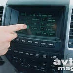 Klimatski napravi, navigacijskemu sistemu in radijskemu sprejemniku lahko poveljujete tudi preko »touch screena«.