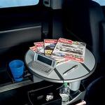 V vzdolžno pomični in v več smeri nastavljivi mizici na sredini vozila se skrivajo številni odlagalni predali.