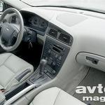 Da gre za Volvo V70 XC, v notranjosti sporoča aluminijasti roč na sredinskem grebenu.