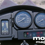Armaturna plošča: sveža, pregledna, popolna. Pokončni merilnik imenujejo »Rider Information Display«: vsebuje digitalno uro, prikaz količine goriva, prikaz vklopljene prestave v menjalniku, prikaz temperature olja v motorju.