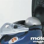 Oblika poudarja uglajenost skuterja: puščičast aluminijast prtljažnik za sedežem je hkrati ročaj za sopotnika.