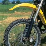 Marzocchijeve vilice merijo v premeru krakov 45 mm, zavora tudi na asfaltu odlično prijemlje. Jasno, motocikel s tekočinami tehta manj kot 100 kg.