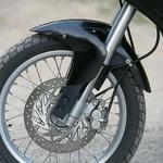 Blatnik tik nad kolesom govori, da je Pegaso zelo cestni motocikel, vendar brez težav pelje tudi po dobrem makadamu.
