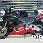 Aprilia RSV Mille R ni majhen motocikel. Toda zaradi poudarjeno športne zasnove ni prostora za sopotnico. (foto: Uroš Potočnik)