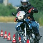 Vijuganje med tesno razmaknjenimi stožci poudari lahkotno vodljivost in popolno obvladljivost motocikla brez  zahtev po fizični moči.