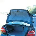 Lična obdelava prtljažnika s posebnim samodejnim varnostnim pasom za pričvrstitev prtljage in s po tretjini zložljivo klopjo za povečanje prtljažnika. (foto: Uroš Potočnik)