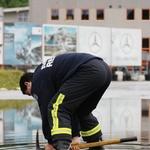 """Poplavljeno stezo so """"sušili"""" gasilci. (foto: Matej Grošelj)"""