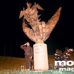 Med Mežico in Ravnami na Koroškem stoji tale spomenik. Za svobodo in mir!