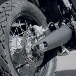 Zadnja nihajka, ulita iz aluminija, je lep nadomestek pohištvenih cevi, kakršne vidimo na cenejših motociklih. (foto: Aleš Pavletič, Simon Dular)