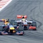 Hamilton je na dirki večkrat nakazal, da si želi mimo Red Bullov. (foto: Moštva)