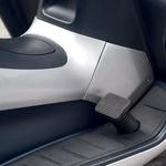 Da ga lahko vozimo z avtomobilskim izpitom, ima MP3 v različici LT dodatni zavorni pedal. (foto: Milagro, Matevž Hribar)