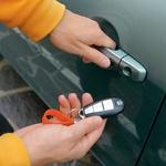 Ko je ključ v žepu ali torbici, je za odpiranje vrat dovolj le pritisk na mehak gumb na kljuki. (foto: Aleš Pavletič, Matevž Hribar)