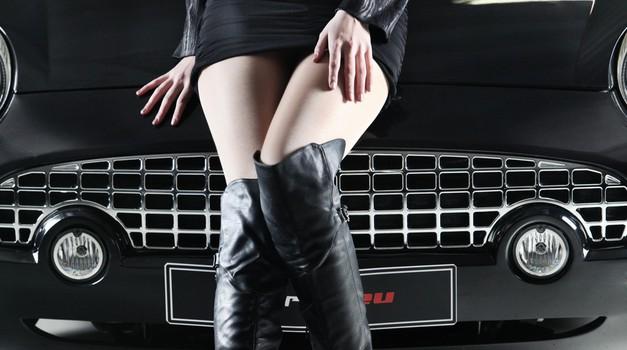 Hudi avti in hudi bejbi v novem Playboyu (foto: Matej Grošelj)