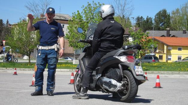 Varna vožnja: Žegnana voda ali nasvet policista? (foto: Matevž Hribar)