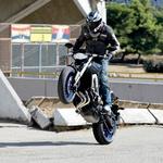 MT09 je kot supermoto igrača, zabaven in igriv motocikel. V sredini lahko vidite, kako je Beno Štern, nekdanji dirkač, asistiral pri fotografiranju. (foto: Tovarna)