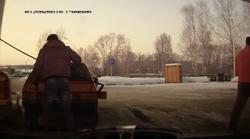 Ruski voznik elegantno prestavi svoje stoječe vozilo