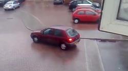 Kaj bi storili, če bi avtomobil pričel drseti po ledeni klančini?