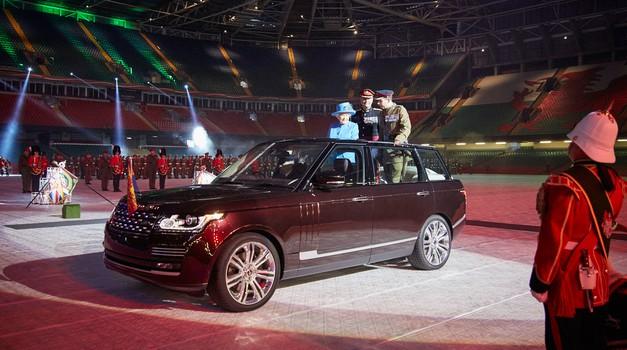 Britanska kraljica pregleduje čete s hibridnim Range Roverjem (foto: Newspress)