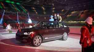 Britanska kraljica pregleduje čete s hibridnim Range Roverjem