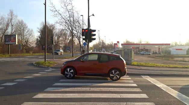 Zgodba iz ozadja: ko električni i3 obstane sredi križišča, rešuje pivo. (foto: Katja Štingl)