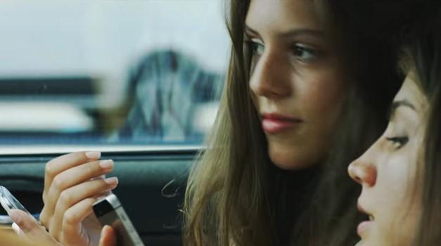 Uporaba mobilnega telefona med vožnjo je enaka 0,8 promilom alkohola v krvi (foto: AVCP)