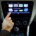S sistemom ŠKODA Connect sta lahko potovanje in vožnja bistveno prijetnejša – voznik dobi podatke o prometu, vremenu, o cenah goriva na izbrani poti, celo o prostih parkirnih mestih. Hkrati je mogoče dostopati do avta na daljavo, se dogovoriti za servis in v skrajnem primeru poslati klic v sili. (foto: Maja Modrinjak)