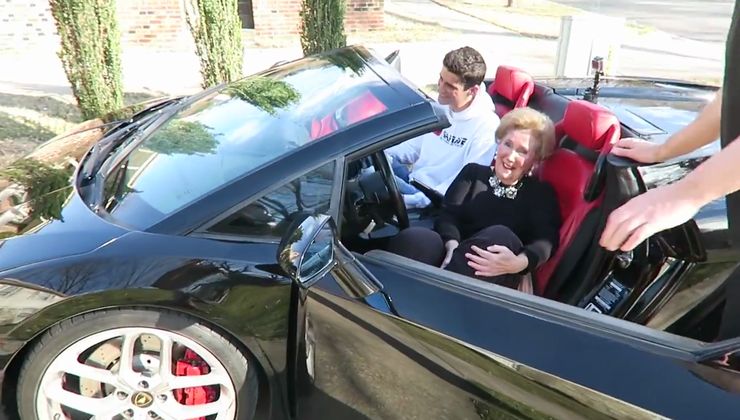 Babica doživi vožnjo svojega življenja za volanom Lamborghinija Gallarda