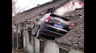 Kako je Honda CR-V končala na strehi stanovanjske hiše
