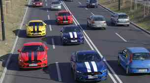 Postanite del karavane Fordovih Mustangov