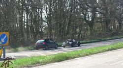 V nenavadnem trčenju Peugeot 206 naskoči Morgana in postane spletna senzacija