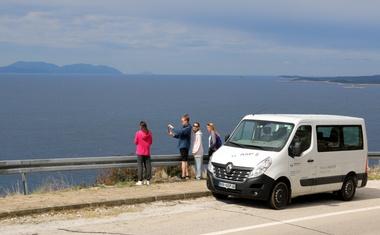 Renault Master pomaga očistiti plažo na Hvaru ali Avtomagazinov test nekoliko drugače