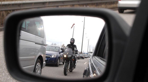 Življenje na črti – dileme, pasti in kazni motorističnega prehitevanja (kolumna) (foto: Profimedia)