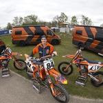 Več informacij in fotografij: bivalniki Adria za tovarniško ekipo KTM z usnjem v črni in oranžni barvi (foto: Adria Mobil, KTM Images)