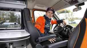 Več informacij in fotografij: bivalniki Adria za tovarniško ekipo KTM z usnjem v črni in oranžni barvi