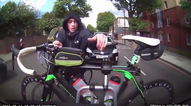 Predrzen tat poskuša kolo ukrasti kar iz avtomobilskega nosilca - med vožnjo! (foto: KaFaDoKyA NEWS)