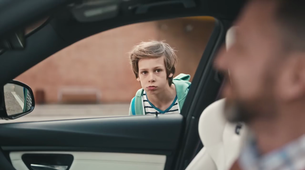 Duhoviti oglas za BMW M3 sporoča, da vam ni treba odrasti - tudi, če ste že očetje