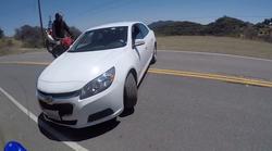 Obračanje avtomobila čez dvojno polno črto bi lahko bilo usodno za dva motorista