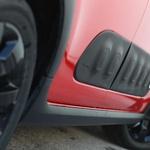 Plastični 'žepki' na vratih varujejo karoserijo pred nepazljivimi sosedi na ozkih parkirnih mestih. (foto: Saša Kapetanovič)