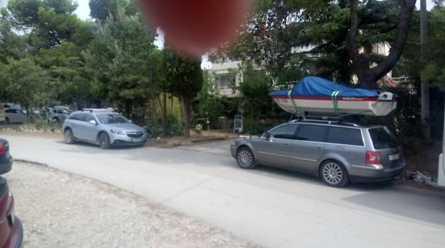 Saj ni res pa je: nemški državljan čoln naložil kar na streho avtomobila (foto: Matjaž Tomažič)