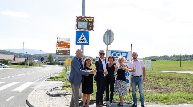 Dva prikazovalnika hitrosti na Dolenjskem zmanjšala povprečno hitrost za 2 km/h (foto: Zavarovalnica Triglav)