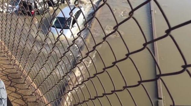Voznik Toyote Prius se je odločil peljati kar po popolnoma poplavljeni cesti (foto: ViralHog @ YouTube)