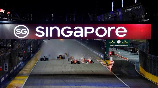 Dirko Formule 1 v Singapurju začinil kaotičen štart in odstop treh dirkačev (video) (foto: Formula 1)