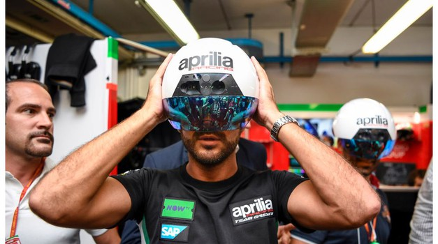 Kot iz ZF filma: pametne čelade za mehanike v Aprilijini MotoGP ekipi (foto: Aprilia)
