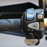 Voznik lahko izbira prestave z gumboma +/- na levi strani krmila. (foto: Matevž Hribar)