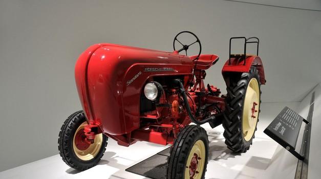 Zagotovo poznate koga, ki bi se po svoji domačiji rad vozil s traktorjem znamke Porsche (foto: Profimedia)
