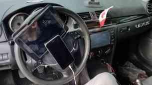 Policist naletel na voznika, ki je imel iPhone in tablico privezana kar na volan