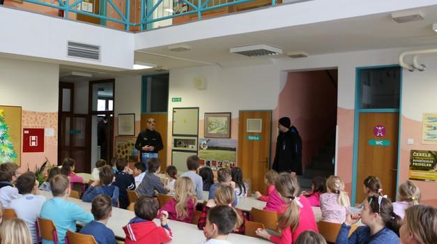 Čarman obdaril osnovno šolo v Sori, otroci v zahvalo narisali sanjske motorje (foto: Matevž Hribar)