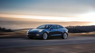 Tesla Model 3 vendarle na ogled v prodajnih salonih, a zaenkrat le v dveh mestih